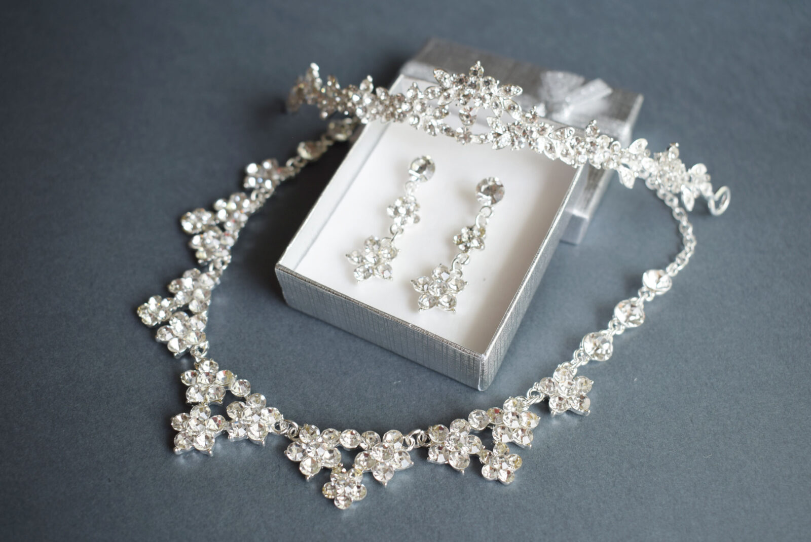 Audrey virág mintába foglalt kristályok ékszer szett  d1fb91747f